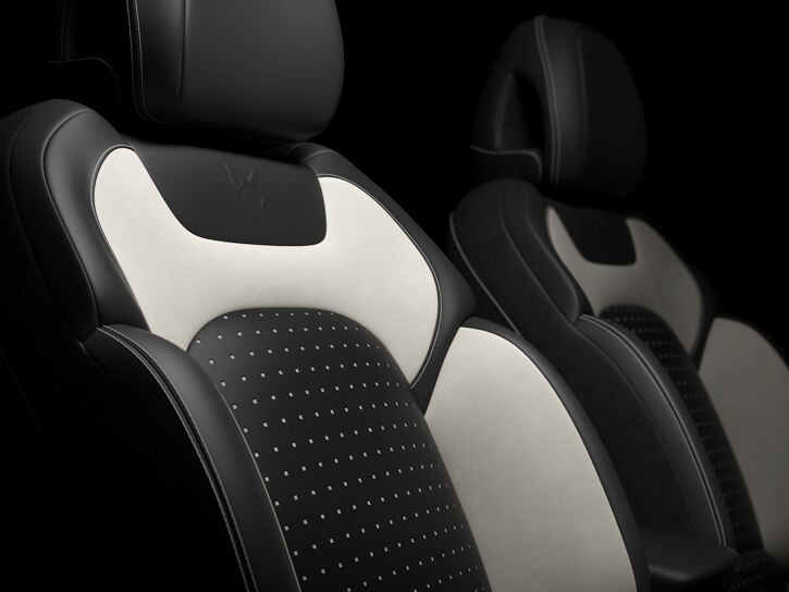 Отделка сидений кожа Claudia Mistral (темная) + кожа Club Blanc (белая)